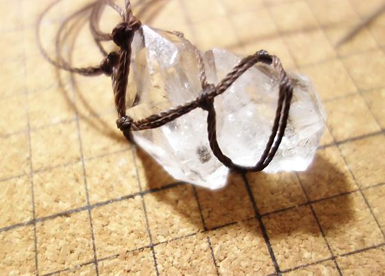 石包みペンダント マクラメ編み