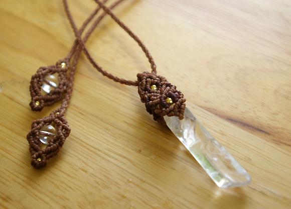 天然石マクラメ編みペンダント 水晶ポイント