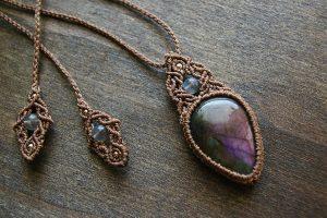 パープル系に輝くラブラドライト 天然石マクラメ編みペンダントネックレス