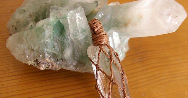 水晶ポイント マクラメ編みペンダントトップ